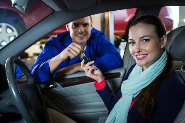 Entrega mecânico sobre a chave para cliente