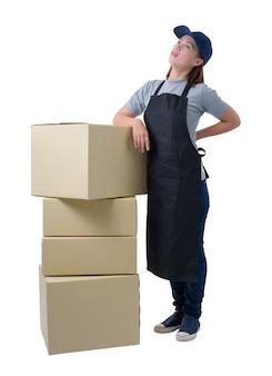Entrega, mulher, em, cinzento, camisa, e, avental, é, segurando, caixas, isolado, camisa, e, avental
