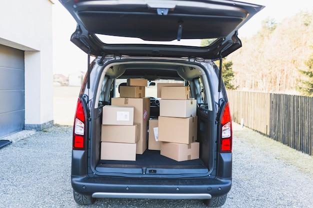 Entrega o porta-malas do carro com caixas