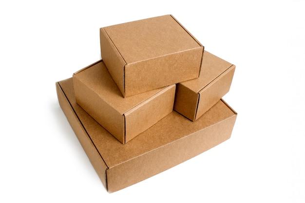 Entrega. pilha de caixas de papelão empilhadas isoladas no branco.