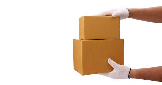 Entrega que entrega a caixa de encomendas ao destinatário