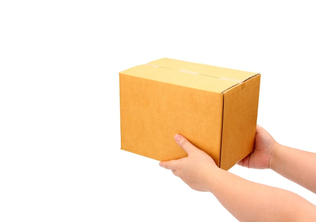Entrega que entrega a caixa do pacote ao receptor no fundo branco - conceito do serviço de correio.