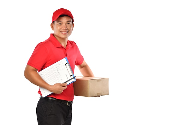 Entregador asiático de uniforme vermelho com caixa de papelão de pacote isolada no fundo branco