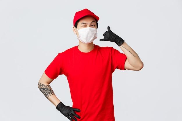 Entregador asiático em máscara médica dizer dar chamada, piscar atrevido para o cliente, manter contato quando necessário, entrega rápida, remessa rápida, boa qualidade de serviços de correio, compras seguras durante uma pandemia