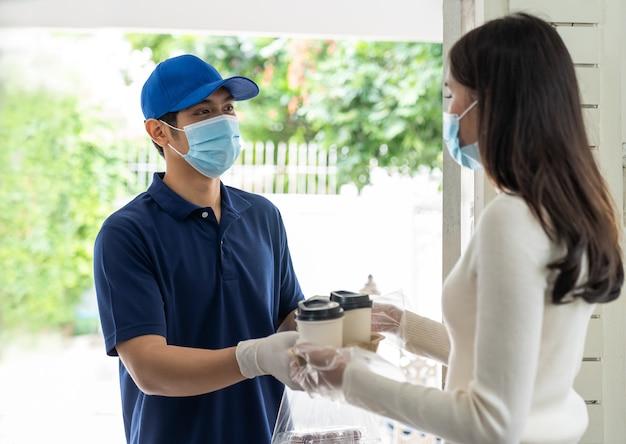 Entregador asiático entrega café e comida para uma cliente jovem