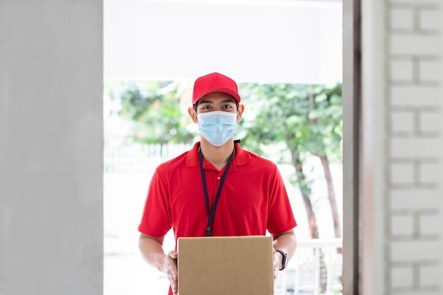 Entregador asiático segurando uma caixa de pacote