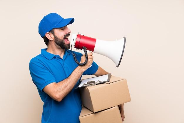 Entregador com barba gritando através de um megafone