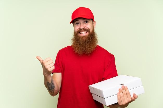 Entregador com barba longa verde apontando para o lado