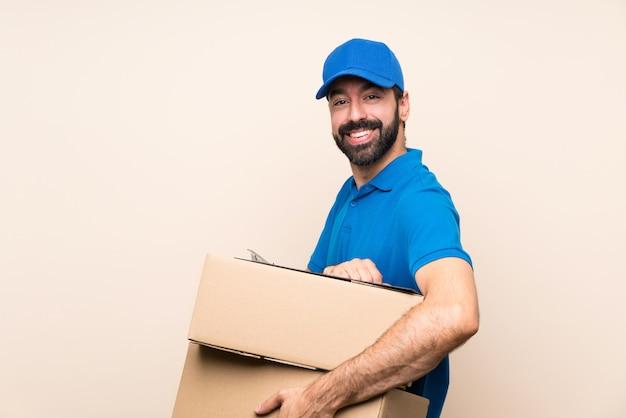Entregador com barba sobre isolado com os braços cruzados e olhando para a frente