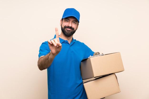 Entregador com barba sobre isolado mostrando e levantando um dedo