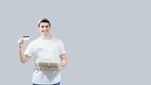 Entregador com caixas de pizza e cartão de crédito