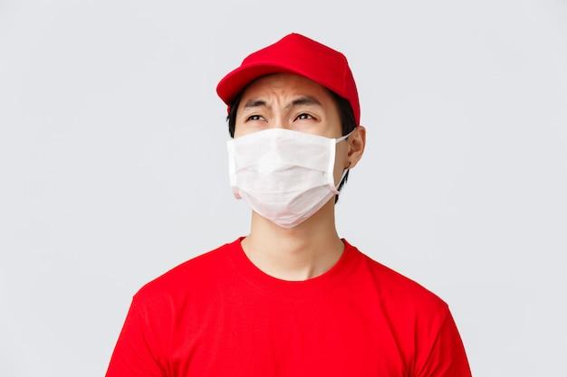 Entregador com máscara facial