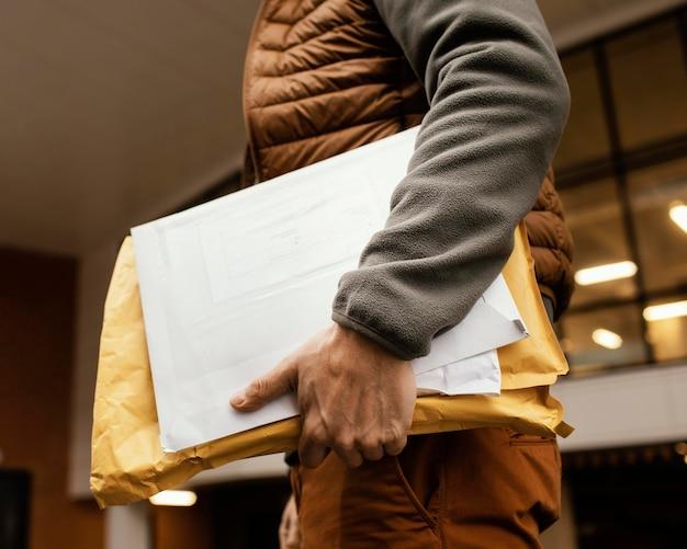 Entregador com pacote de perto