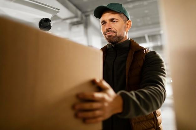 Entregador com pacote