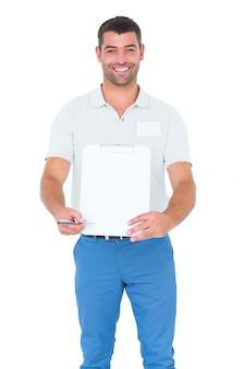 Entregador dando prancheta para assinatura em fundo branco