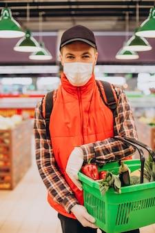 Entregador de comida comprando produtos em mercearia
