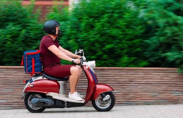 Entregador de comida em sua motocicleta