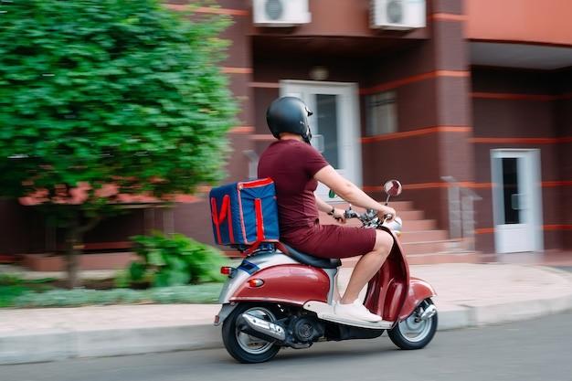 Entregador de comida em uma motocicleta