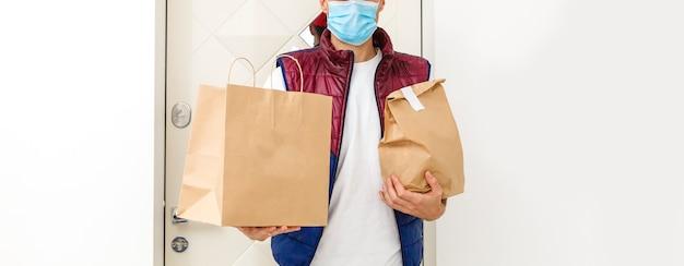Entregador de comida usando máscara médica. conceito de vírus corona