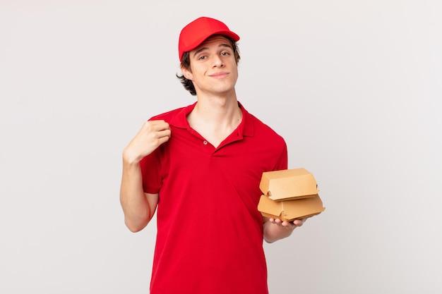 Entregador de hambúrgueres com ar arrogante, bem-sucedido, positivo e orgulhoso