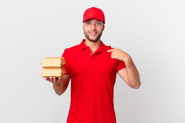 Entregador de hambúrgueres sentindo-se feliz e apontando para si mesmo com uma empolgação