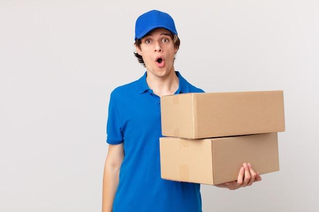 Entregador de pacotes parecendo muito chocado ou surpreso