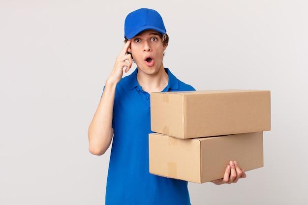 Entregador de pacotes parecendo surpreso ao perceber um novo pensamento, ideia ou conceito