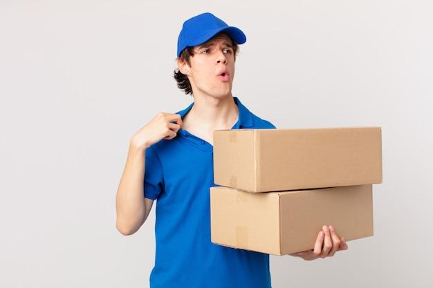 Entregador de pacotes sentindo-se estressado, ansioso, cansado e frustrado