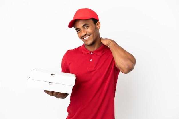Entregador de pizza afro-americano pegando caixas de pizza em uma parede branca isolada rindo