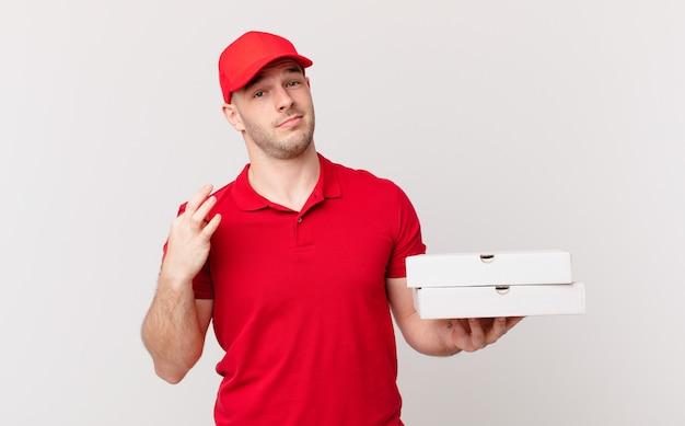 Entregador de pizza arrogante, bem-sucedido, positivo e orgulhoso, apontando para si mesmo