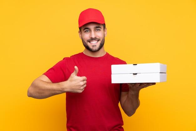 Entregador de pizza com tampa vermelha e camiseta
