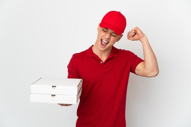 Entregador de pizza com uniforme de trabalho pegando caixas de pizza isoladas no branco comemorando vitória