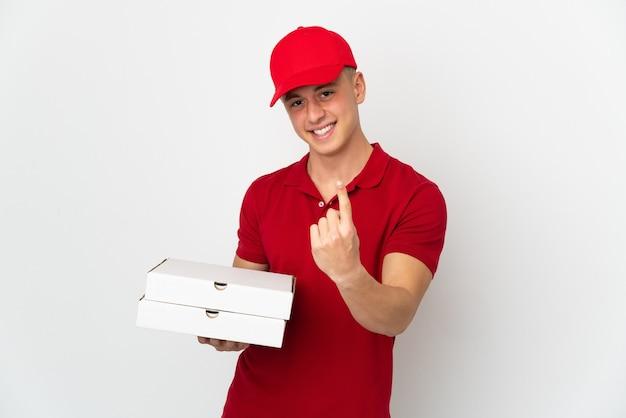 Entregador de pizza com uniforme de trabalho pegando caixas de pizza isoladas no fundo branco fazendo gesto próximo