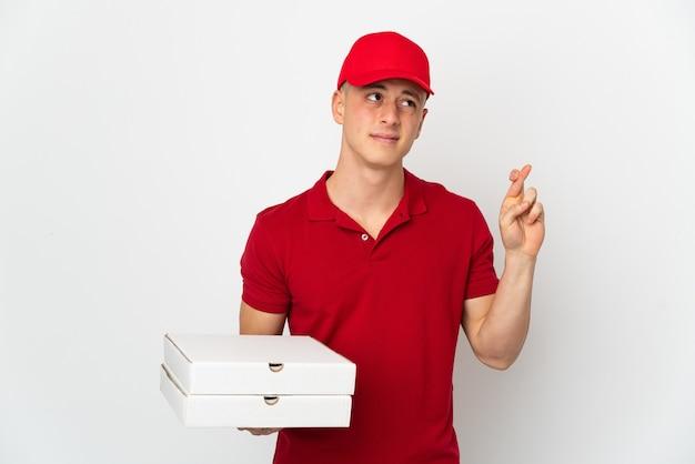 Entregador de pizza com uniforme de trabalho pegando caixas de pizza isoladas no fundo branco