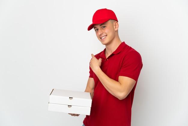 Entregador de pizza com uniforme de trabalho pegando caixas de pizza