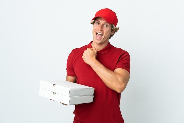 Entregador de pizza em parede branca isolada comemorando vitória