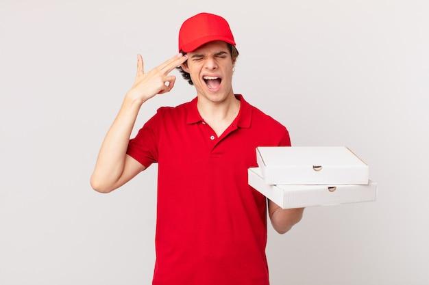 Entregador de pizza parecendo infeliz e estressado, gesto suicida fazendo sinal de arma