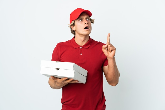 Entregador de pizza pegando caixas de pizza
