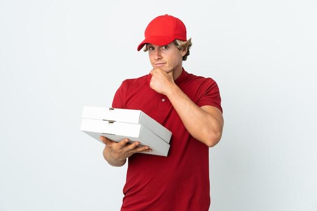 Entregador de pizza pensando em uma parede branca isolada