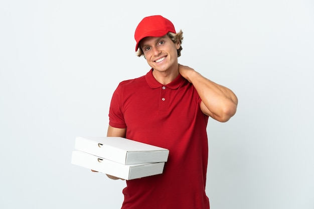 Entregador de pizza rindo em uma parede branca isolada