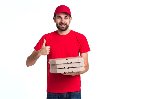 Entregador de pizza, segurando caixas e polegares para cima copie o espaço