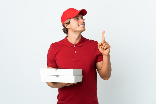 Entregador de pizza sobre branco apontando uma ótima ideia