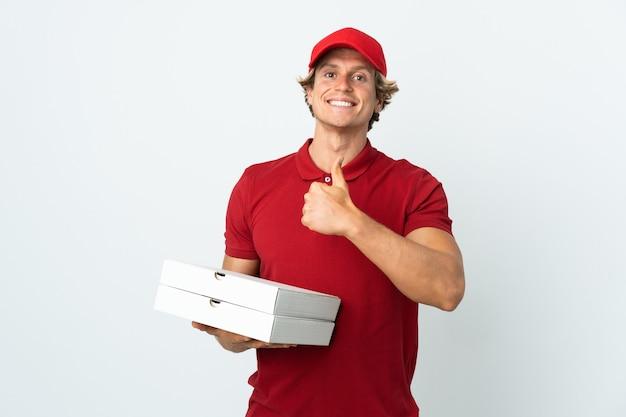 Entregador de pizza sobre branco isolado fazendo sinal de positivo