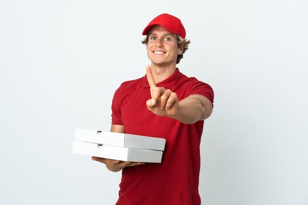 Entregador de pizza sobre branco mostrando e levantando um dedo