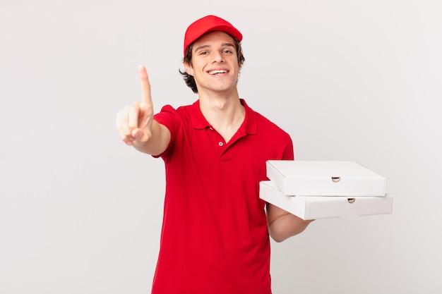 Entregador de pizza sorrindo com orgulho e confiança alcançando o primeiro lugar