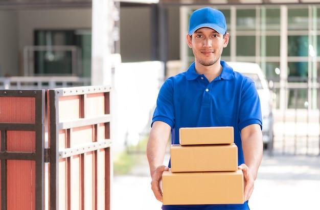 Entregador em azul está entregando pacotes