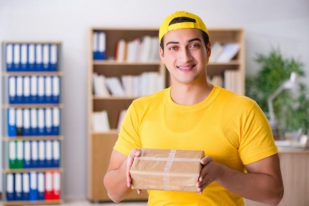 Entregador entregando caixa de encomendas