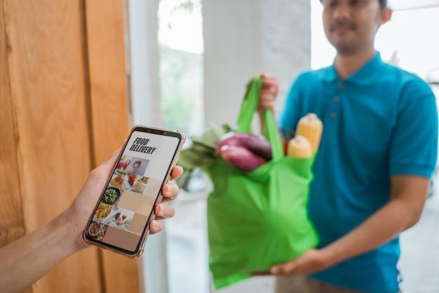 Entregador entregando comida