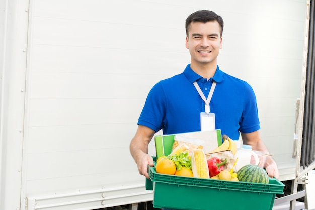 Entregador entregando mercearia