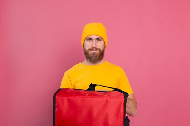 Entregador europeu barbudo com caixa com comida rosa